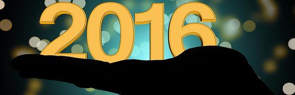 Una mano sosteniendo al año 2016 que inicia. Imagen cortesía de: Pixabay | geralt.